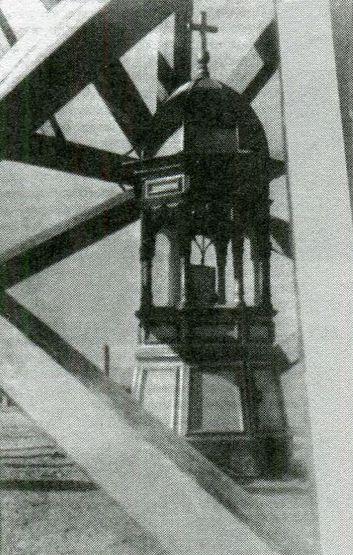 Киот с иконой на Ильинском маяке